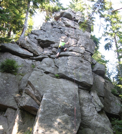 Klettern weit oben am Fels
